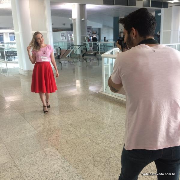 Eu usando saia midi vermelha, blusa de manguinhas rosa e sandália preta