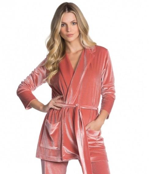 Blazer de veludo rosa com amarração na cintura e bolsos