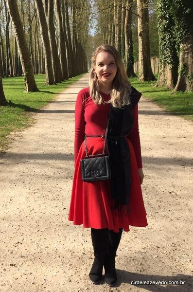 Usei saia midi vermelha, blusa de linha vermelha, bota OTK preta e, outra vez, apostei no lenço como destaque, desta vez de lado