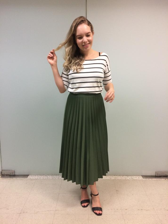 Saia verde plissada verde com blusa listrada branca com preto e sandália preta