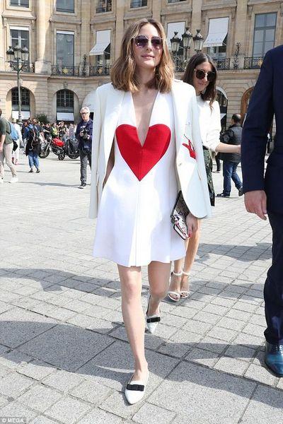 Olivia Palermo usa vestido branco curto com coração vermelho no busto