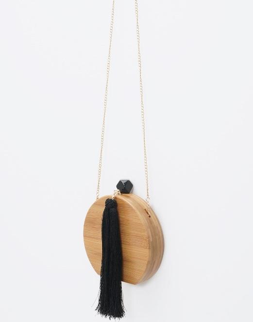 Bolsa em madeira com tassel preto e corrente dourada