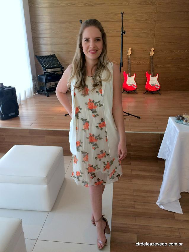 Eu usando vestido midi floral de fundo claro com maxi colete off-white e sandália nude
